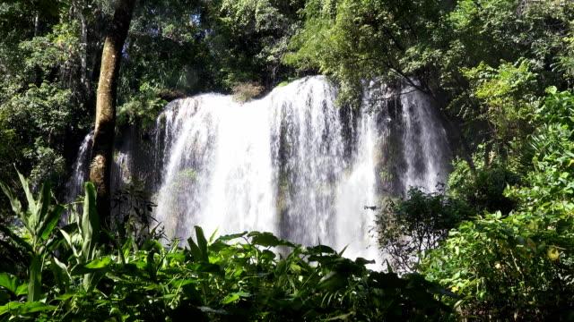 vidéos et rushes de el nicho: magnifique cascade immaculée de cuba - chaîne de montagnes