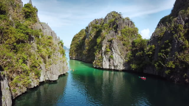 el nido big lagoon palawan philippinen 4k drohne video - ausflugsboot stock-videos und b-roll-filmmaterial