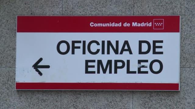 el numero de desempleados registrados en espana volvio a bajar en mayo por tercer mes consecutivo aunque sigue siendo elevado 489 millones de... - numero stock videos & royalty-free footage