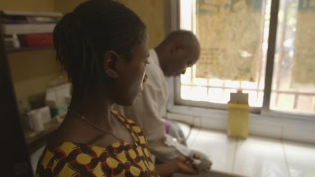 el numero de muertes relacionadas con el sida el ano pasado cayo a 770000 un tercio menos que en 2010 anuncio este martes la onu aunque advirtio que... - numero stock videos & royalty-free footage
