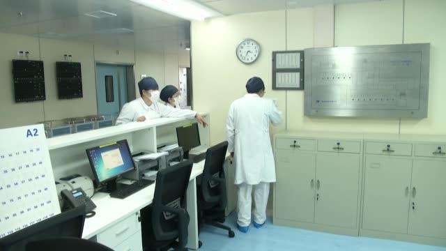 el numero de muertos en china continental por la nueva epidemia de coronavirus subio a 1.886 el martes cuando mas de 300 estadounidenses evacuados de... - transporte stock videos & royalty-free footage
