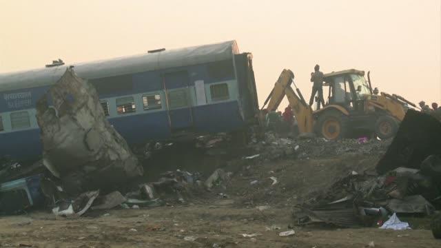 el numero de muertos en el accidente de tren en india ascendio el lunes a 142 despues de que los socorristas encontraran nuevos cuerpos en el... - train crash stock videos & royalty-free footage