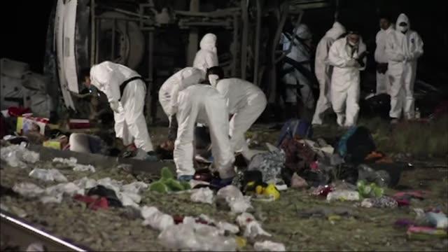 el numero de muertos en un choque entre un tren de carga y un autobus de pasajeros en anahuac en el estado de nuevo leon asciende a un total de 20... - tren de carga stock videos and b-roll footage