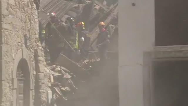 el numero de victimas fatales aumento a 73 en italia tras el terremoto de 6,2 que azoto el centro del pais en las primeras horas de la manana del... - numero 6 video stock e b–roll