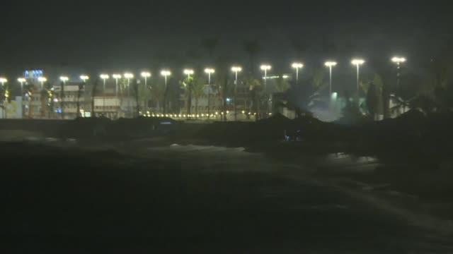el ojo del huracan willa de categoria 3 de las 5 que conforman la escala de saffir simpson toco tierra la noche del martes en la costa del pacifico... - personas stock videos & royalty-free footage