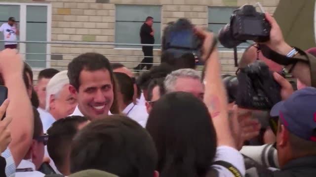 vídeos y material grabado en eventos de stock de el opositor juan guaido reconocido como presidente interno de venezuela por unos 50 paises llego el viernes al concierto que se celebra del lado... - de lado a lado