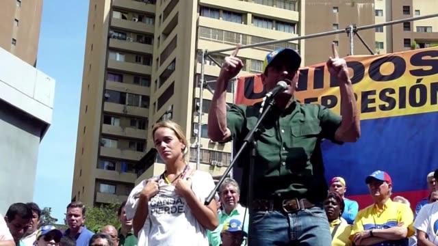 el opositor venezolano henrique capriles movilizo el sabado a unas 50000 personas en caracas y prometio a leopoldo lopez hacer todo lo posible para... - liderazgo stock videos and b-roll footage