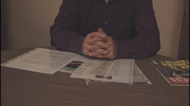 stockvideo's en b-roll-footage met el padre de david drugeon un experto en bombas frances luchando con la yihadistas hablo con la afp sobre su supuesta muerte en un ataque de drone... - padre