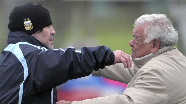stockvideo's en b-roll-footage met el padre del idolo del futbol argentino diego maradona apodado don diego murio este jueves a los 87 anos en una clínica de buenos aires - padre