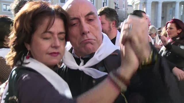 vídeos de stock e filmes b-roll de el papa francisco recibio este miercoles un singular regalo de cumpleanos cientos de personas se reunieron a bailar tango en la plaza de san pedro - bailar