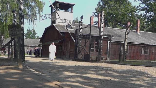 el papa francisco recorrio el viernes el campo de concentracion de auschwitz donde rindio homenaje a las victimas del nazismo y se reunio con... - nazismo stock videos & royalty-free footage