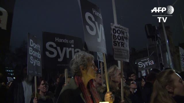 el parlamento britanico aprobo el miercoles bombardear al grupo yihadista estado islamico en siria en medio de las protestas que reclamaban la no... - reino unido stock videos & royalty-free footage