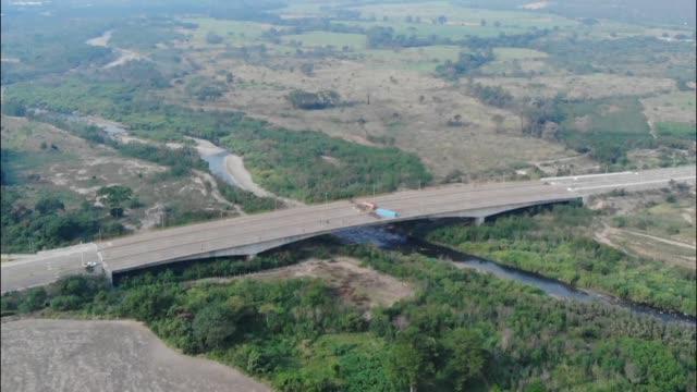 el parlamento de venezuela de mayoria opositora denuncio el martes que militares venezolanos bloquearon un puente en la frontera con colombia en... - venezuela stock videos & royalty-free footage
