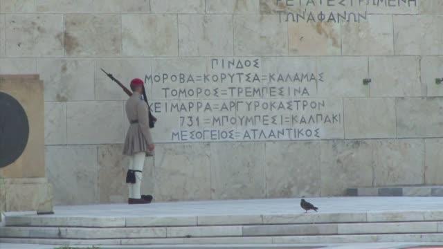 vídeos y material grabado en eventos de stock de el parlamento griego se reune este jueves por la noche para debatir el tercer acuerdo de grecia con sus acreedores que el primer ministro alexis... - jueves