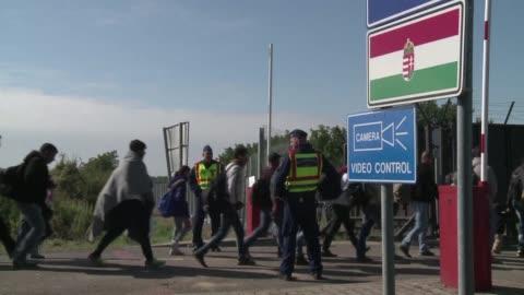 el parlamento hungaro aprobo el martes reestablecer la detencion sistematica de todos los solicitantes de asilo presentes en el pais para ser... - ungersk kultur bildbanksvideor och videomaterial från bakom kulisserna