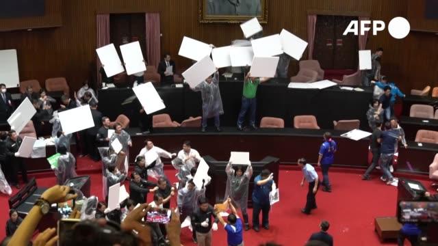el parlamento taiwanés fue escenario el viernes de una pelea con gritos, golpes de puño y hasta lanzamiento de globos de agua entre los legisladores - agua stock-videos und b-roll-filmmaterial
