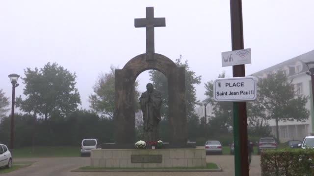 el pequeno pueblo frances de ploermel tiene desde 2006 una estatua en homenaje a juan pablo ii - escultura stock videos & royalty-free footage
