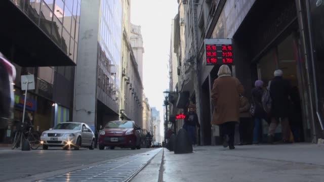 vídeos y material grabado en eventos de stock de el peso argentino se deprecio 1,68% ante el dolar el viernes pero la bolsa repunto 4,15% un dia despues de anunciarse un credito por 50.000 millones... - viernes
