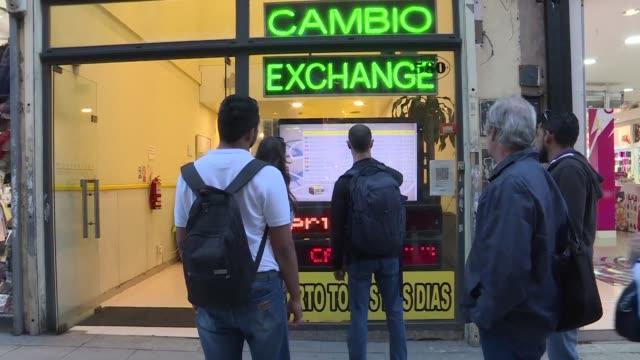 el peso argentino se devaluo el jueves 7,64% frente al dolar pese al inesperado aumento en la tasa de interes para frenar el alza del billete verde y... - devaluation stock videos & royalty-free footage