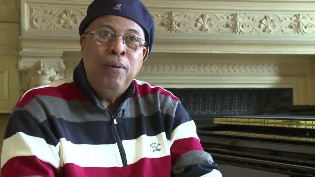 stockvideo's en b-roll-footage met el pianista chucho valdes recuerda a su padre bebo musico y compositor cubano que murio en suecia el pasado viernes a sus 94 anos y que es... - padre