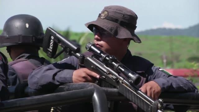 el poblado mexicano de aguililla parecer estar en estado de sitio agentes de seguridad se enfrentan a integrantes del cartel los caballeros... - michoacán video stock e b–roll