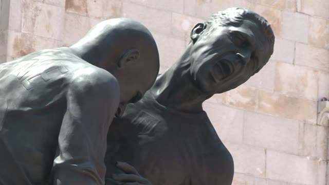 el polemico cabezazo de zidane a materazzi en la final del mundial 2006 inspira una escultura gigante voiced el cabezazo de zidane en bronce on... - escultura stock videos & royalty-free footage