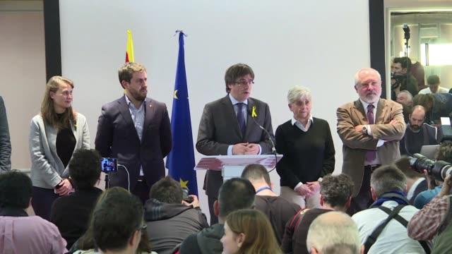 El presidente catalan cesado Carles Puigdemont dijo el miercoles que piensa continuar en Belgica un dia despues que la justicia espanola retirara la...