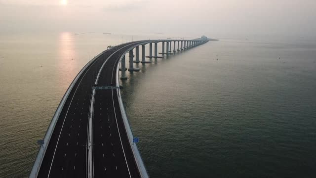 el presidente chino xi jinping inauguro el martes el mayor puente maritimo del mundo que une a hong kong macao y la china continental - macao stock videos & royalty-free footage