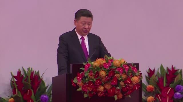 El presidente de China Xi Jinping dijo el sabado en Hong Kong que los movimientos prodemocracia no deben cruzar una linea roja con el poder central...