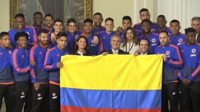 El presidente de Colombia Ivan Duque entrego el martes el pabellon nacional a la seleccion de futbol antes de que el combinado de Carlos Queiroz...