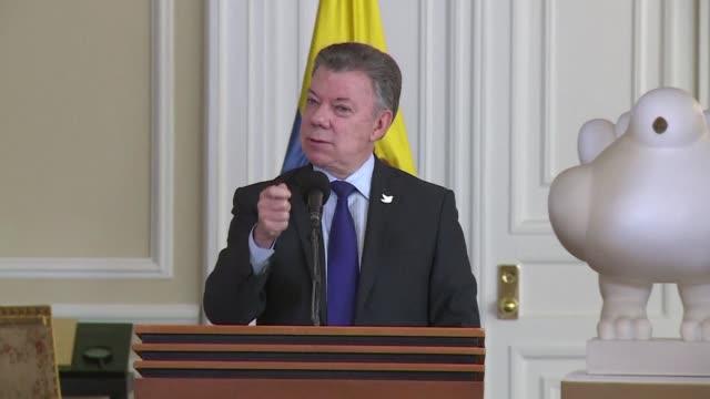 vídeos y material grabado en eventos de stock de el presidente de colombia juan manuel santos anuncio el martes que el clan del golfo una banda narcotraficante desea someterse a las autoridades - ee.uu