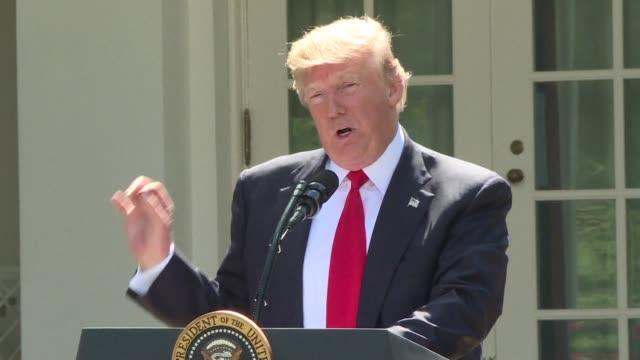 el presidente de estados unidos donald trump anuncio el jueves la retirada de su pais del acuerdo de paris contra el cambio climático y de las... - accordo d'intesa video stock e b–roll