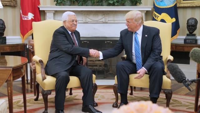 el presidente de estados unidos donald trump recibio el miercoles al lider palestino mahmud abas en la casa blanca para un primer encuentro entre... - discutir stock videos & royalty-free footage