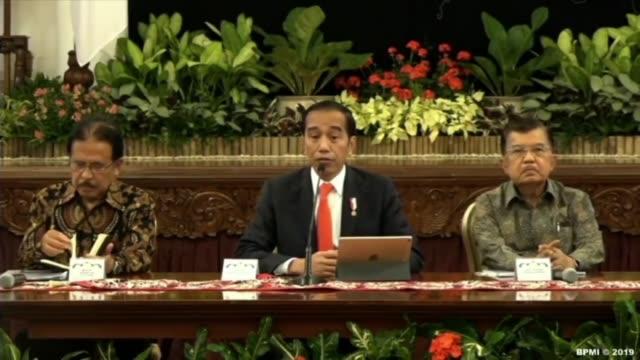 el presidente de indonesia joko widodo anuncio el lunes que un lugar del este de la isla de borneo fue elegido para mudar ahi a la capital politica... - politica stock videos & royalty-free footage