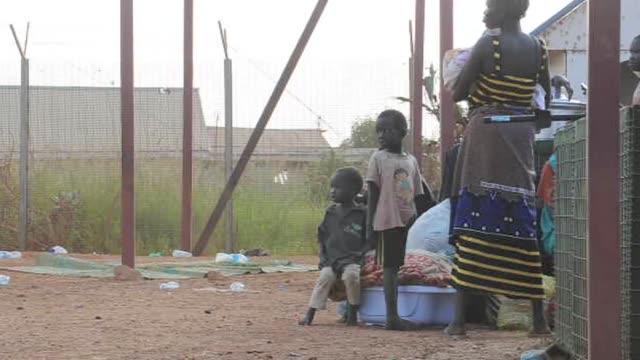 stockvideo's en b-roll-footage met el presidente de sudan del sur salva kiir se comprometio este lunes ante el emisario de estados unidos donald booth a negociar con su rival riek... - goede staat