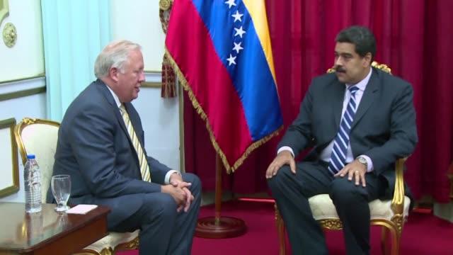 vídeos y material grabado en eventos de stock de el presidente de venezuela recibio el miercoles al diplomatico thomas shannon de visita en caracas para avanzar en el mejoramiento de las relaciones... - ee.uu