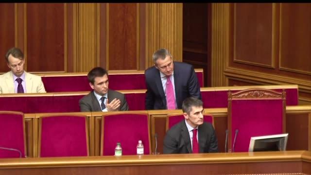 vídeos y material grabado en eventos de stock de el presidente ucraniano, petro poroshenko, consiguio el jueves el apoyo del parlamento para continuar con su plan para llevar la paz al este y poner... - llevar