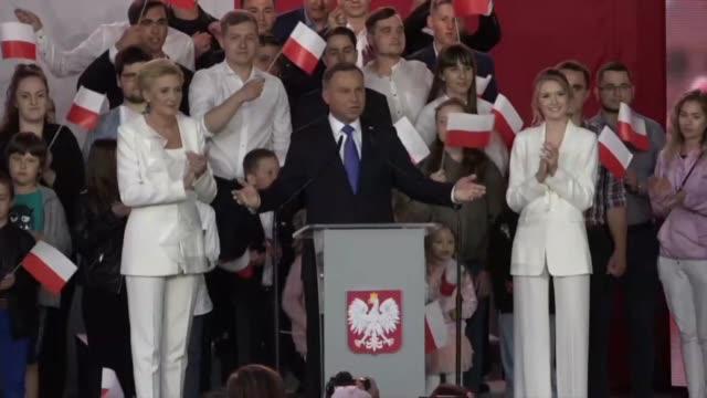 el presidente ultraconservador de polonia, andrzej duda, supera por un estrecho margen a su rival proeuropeo en la segunda vuelta de las... - estrecho stock videos & royalty-free footage