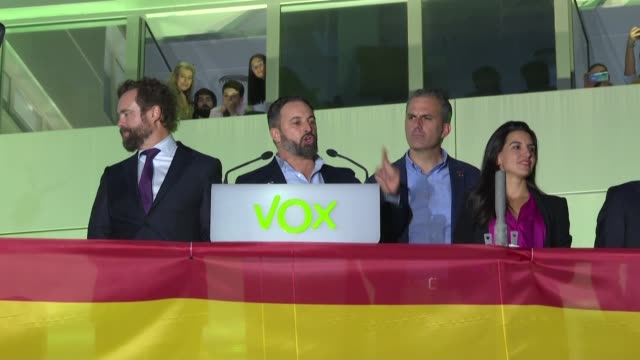 vídeos de stock e filmes b-roll de el presidente y lider socialista espanol pedro sanchez gano las elecciones legislativas del domingo pero con una mayoria menor que en la eleccion... - anterior
