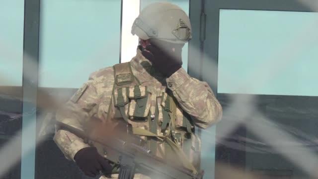 El primer juicio a soldados acusados de haber participado en Estambul en el golpe de Estado fallido de julio comenzo el lunes con mas de 60 militares...