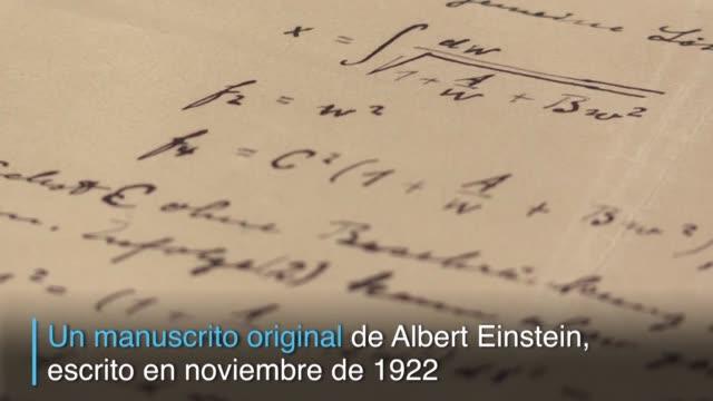 el primer manuscrito publicado por albert einstein tras recibir el premio de física en 1922 fue donado al museo nobel de estocolmo - física stock videos & royalty-free footage