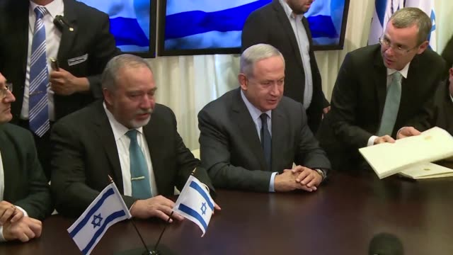 el primer ministro israeli benjamin netanyahu cerro el miercoles un acuerdo para dar entrada en su gobierno al ultranacionalista avigdor lieberman... - entrada stock videos and b-roll footage