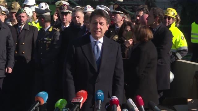 stockvideo's en b-roll-footage met el primer ministro italiano guiuseppe conte dio inicio a la compleja demolicion de los restos del derrumbado puente morandi de genova - puente