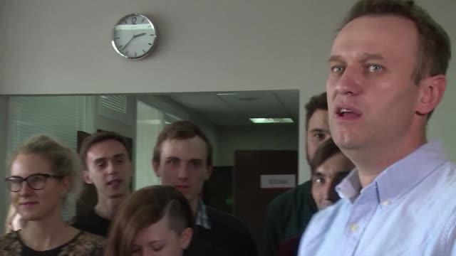 El principal opositor del presidente ruso Vladimir Putin Alexei Navalny fue puesto en libertad el viernes tras 25 dias de carcel por organizar una...