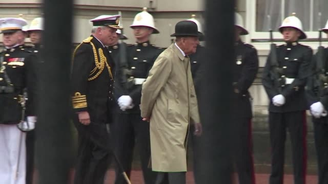 el principe felipe esposo de la reina isabel ii se retiro el miercoles de la vida publica con un ultimo acto oficial en el palacio de buckingham - palacio de buckingham stock videos & royalty-free footage