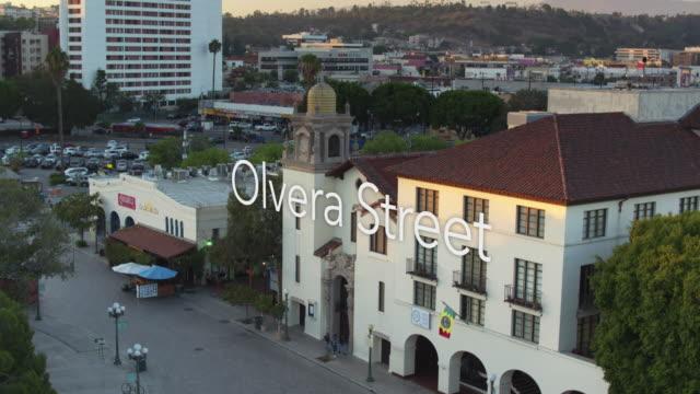 """vídeos de stock, filmes e b-roll de el pueblo de los angeles com texto flutuante: """"olvera street"""" - aerial shot - union station cidade de los angeles"""