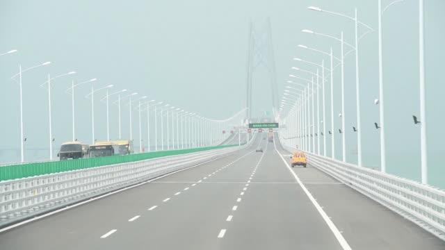el puente maritimo mas grande del mundo que mide 55km y unira las islas de hong kong y macao con la china continental comenzo a operar el miercoles... - transporte stock videos & royalty-free footage