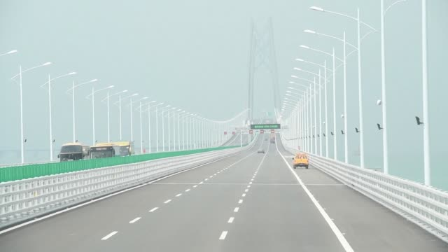 el puente maritimo mas grande del mundo que mide 55km y unira las islas de hong kong y macao con la china continental comenzo a operar el miercoles... - transporte bildbanksvideor och videomaterial från bakom kulisserna