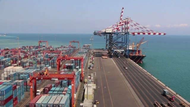 el puerto de yibuti quiere sacar provecho de su posicion estrategica en una de las vias maritimas mas transitadas del mundo puerta de acceso al canal... - suez stock videos & royalty-free footage