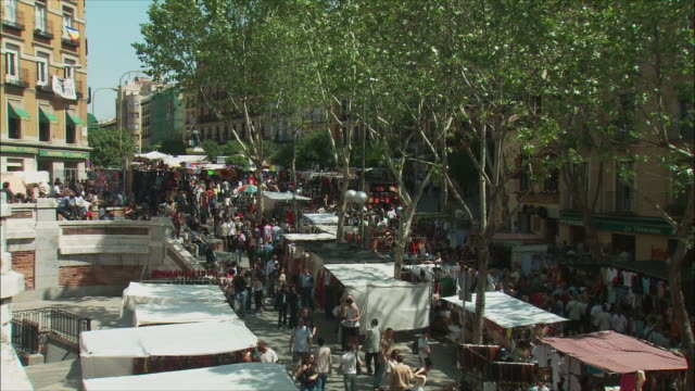 ws ha pan el rastro flea market, madrid, spain - mercato delle pulci video stock e b–roll